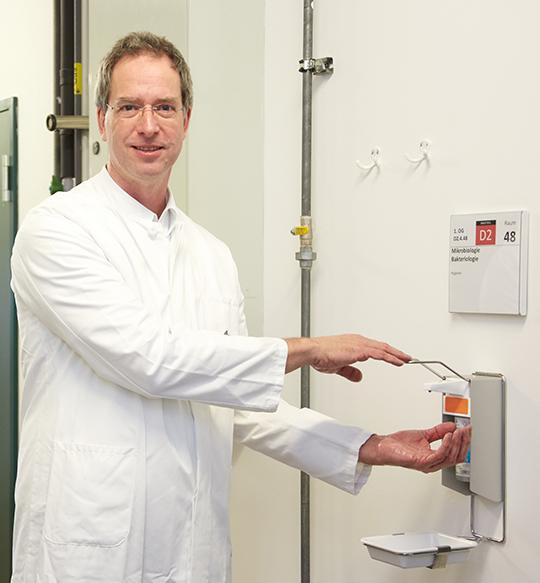 Professor Dr. Wulf Schneider ist Experte für Hygienefragen im Universitätsklinikum Regensburg.© UKR/Ulla Lohse