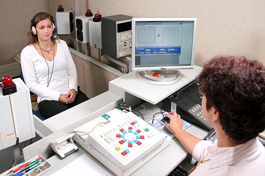 Patient bei audiologischer Untersuchung