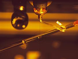 Montage eines Kristalls des Enzyms MTAN im Fokus des Neutronenstrahls im BioDiff-Instrument. © Andreas Ostermann / TUM