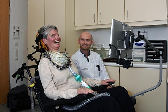 LIS-Patientin Martina Bannies kann mithilfe der Augensteuerung aktiv am Leben teilnehmen. Prof. Andreas Hermann plädiert dafür, den Patienten neuartige Kommunikationstechnologien früher anzubieten. © Uniklinikum Dresden