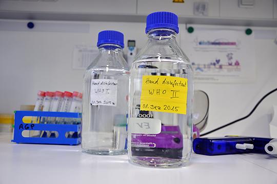 Desinfektionsmittel nach WHO-Rezept © TWINCORE/Steinmann