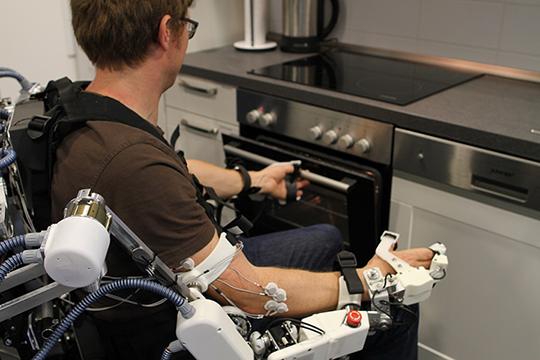 """Das Exoskelett-Teilsystem ermöglicht Anwendungen des """"Assistive Daily Living"""", wie das Greifen und Heben von Objekten. DFKI GmbH, Foto: Annemarie Popp"""