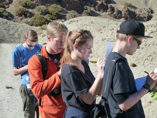 KUS-Teilnehmer beim Ausfüllen der Fragebögen bei einem Landausflug (Foto: FAU/Thomas Eberle)