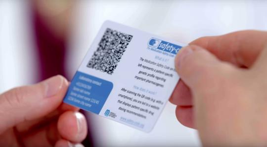 Genetische Daten als QR-Code auf einer Scheckkarte gespeichert.