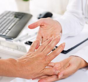 Rheumatoide Arthritis: Schmerzreduktion unter Baricitinib