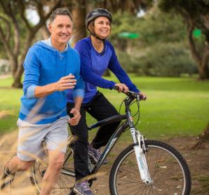 """Umfrage zu """"20 Jahre Voltaren"""": So geht die Generation 60+ mit Bewegungsschmerzen um"""