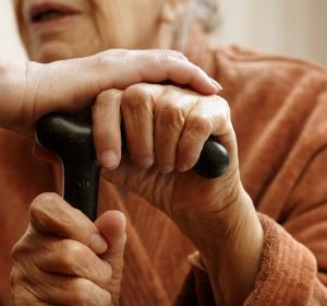 COVID-19 und Senioren: Geriater stellen Maßnahmen zum Schutz und zur Versorgung älterer Menschen vor