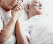 Bei Bettlägerigen mit Düften oder Berührung die Sinne ansprechen