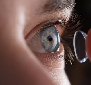 Augenärzte testen Kontaktlinsen mit UV-Schutz