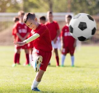 Kinder und Sport: Alarmzeichen Rückenschmerz