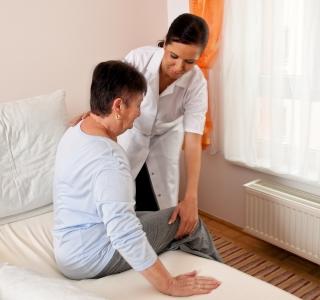 Einen Angehörigen selbst pflegen - So funktioniert die Pflegezeit