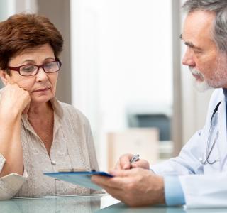 Befunde mitbringen und Fragen notieren: Arztbesuch vorbereiten