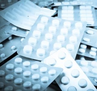 Rezeptfreie Schmerzmittel: Packungsbeilage beachten und Apotheker fragen