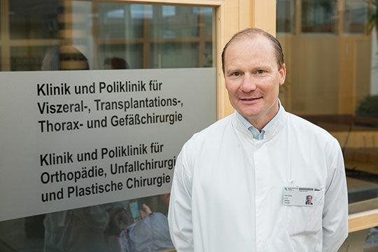 Prof. Stefan Langer, Leiter des Bereichs Plastische und Wiederherstellende Chirurgie am UKL, nutzt ein neues Verfahren bei Lympfstauungen. © Stefan Straube / UKL